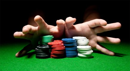 Quan sát nét mặt, đôi tay của đối thủ khi chơi poker