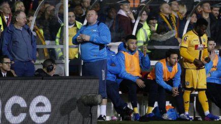 Liên đoàn bóng đá Anh khám xét thủ môn dự bị ăn bánh tại Sutton