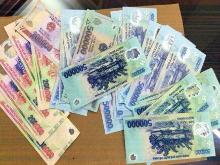 Bắt giữ 3 đối tượng dùng tiền giả đánh bạc